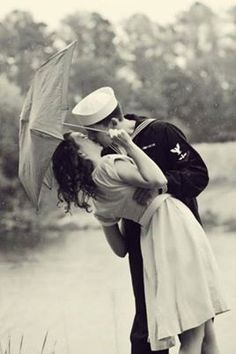Romance l Couple Photography l Classic Vintage l Black and White Vintage Beauty, Vintage Love, Vintage Kiss, Vintage Romance, Vintage Glamour, Vintage Sailor, Kissing In The Rain, Navy Life, Military Love