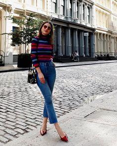 Camila Coelho usa calça cropped + turtleneck inspiração perfeita de um look despojado para o final de semana.