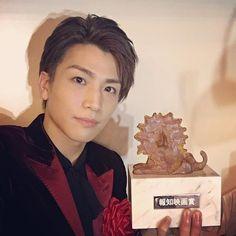 WEBSTA @ takanori_iwata_official - 第41回 報知映画賞 『新人賞』 を授賞させて頂きました✨ 日頃から活動を支えてくださる全ての皆様に捧げたいと思います‼️‼️‼️ これからもこの名誉ある賞に相応しい表現者に成長し、皆様に恩返ししていけますよう日々努力して参りたいと思います そしてサプライズで花束贈呈に来てくれた@3jsb_hiroomi_tosaka にサプライズ上手だったで賞を捧げます笑#植物図鑑#報知映画賞#ありがとうございました✨