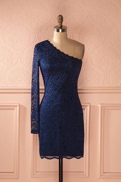 Asymétrie et harmonie vont de paire dans cette robe de dentelle.  Asymmetry and harmony meet in this lace dress. Rémia Marine - Blue lace one shoulder dress www.1861.ca