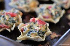 Spinach artichoke dip bites are a popular appetizer that is easy to make. Green spinach and red peppers make this colorful appetizer perfect for parties! Popular Appetizers, Bite Size Appetizers, Appetizer Dips, Appetizers For Party, Appetizer Recipes, Party Recipes, Spinach Artichoke Dip, Spinach Dip, Appetisers