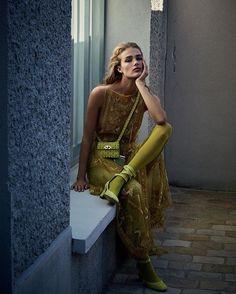 """Sneak-a-Vogue: em sua primeira coleção solo à frente da @maisonvalentino Pierpaolo Piccioli combinou vestidos mágicos a um daywear luxuoso. Com jeito família e muito carismático ele conta a @srogar como seus próprios sonhos são o melhor combustível para a moda que pretende criar na grife. Tudo na matéria """"O Sonhador"""" da #VogueFevereiro (nas bancas!) que acompanha o ensaio feito na galeria de arte Thaddaeus Ropac nos arredores de Paris; o local serviu de pano de fundo para a modelo…"""