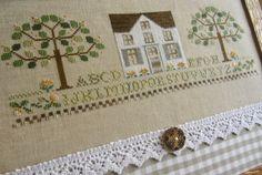 La mia passione per i cottages LHN continua... ...qui ho ricamato una versione rivisitata dello schema Peach Tree Cottage, sostituen...