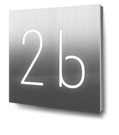 hausnummer dreistellig beleuchtet in edelstahl hausnummer hausnummernschild d mmerungsschalte. Black Bedroom Furniture Sets. Home Design Ideas