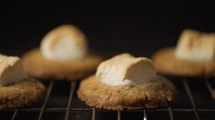 Marshmallow Cookies recipe. Ingredients: 120g of butter (room temperature), 100g brown sugar, 100g fine granulated sugar, 160g wheat flour, 100g hazelnut flour, 150g of chocolate chips, 1/2 teaspoon baking powder, 15 marshmallows