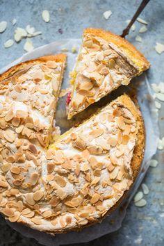 Verdens beste er en kake som du ofte finner på konfirmasjonsbordet, eller i barnedåp. Det er en kake som er super å servere hvis du har gjester eller skal ha selskap. Jeg har laget en to etasjes-kake med deilig bringebærkrem i midten. Frisk, Camembert Cheese, Dairy, Pie, Desserts, Food, Torte, Tailgate Desserts, Cake