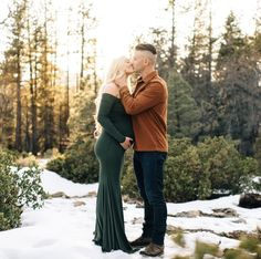 Our Short-Sleeve Off the Shoulder Sweetheart Baby Shower Gown is the perfect photoshoot gown! Green Maternity Dresses, Maternity Photo Outfits, Spring Maternity, Maternity Pics, Maternity Session, Elegant Maternity Photos, Winter Maternity Pictures, Maternity Photography Outdoors, Shooting Photo