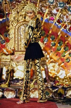 John Galliano Fall 1997 Ready-to-Wear Collection Photos - Vogue Fashion Kids, 90s Fashion, Runway Fashion, Fashion Show, Fashion Scarves, Fall Fashion, Fashion Outfits, Vintage Fashion 1950s, Vintage Dior