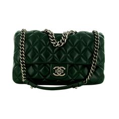 Chanel Boy Bag clasp quilted leather dark green-black.  Jewelry is silver steel.  It consists of two large handles for shoulder wear and a small hand to wear.  The interior comes with a burgundy fabric color and a zip pocket.    Bag S balances.    The dimensions are: L30 * H20 cm * P5.5    The large handle measuring 31cm and 10cm handle measurement.