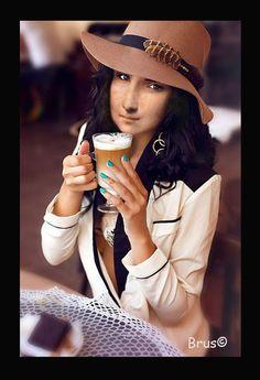 Brus© Mona Lisa Smile, Ciri, Tour Eiffel, Walls, Fun Art, Celebrities, Paper, Beverage, Contemporary