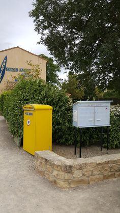 Puichéric Face à la poste et sur le côté d'un parking rond (jouxtant un parc et le boulodrome), jolie grande boîte peinte en bleu clair.