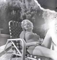 "summers-in-hollywood: ""Marilyn Monroe sunbathing, Photo taken by Harold Lloyd "" Marylin Monroe, Fotos Marilyn Monroe, Hollywood Glamour, Hollywood Actresses, Old Hollywood, Classic Hollywood, Look Legging, Harold Lloyd, Actrices Sexy"