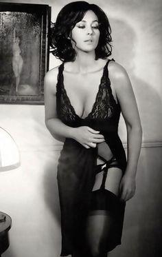 Beautiful Celebrities, Beautiful Actresses, Most Beautiful Women, Beautiful People, Sexy Older Women, Sexy Women, Monica Bellucci Photo, Actrices Sexy, Italian Actress