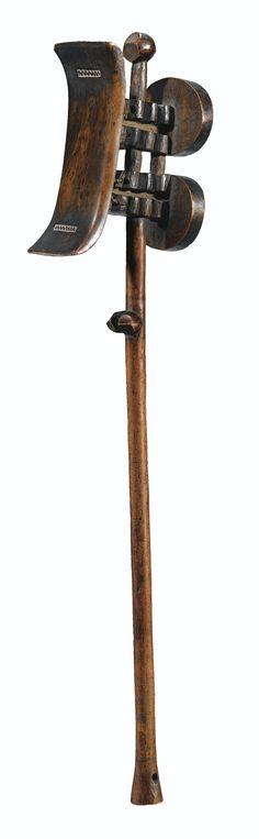 Appui-tête/scpetre, Tsonga, Afrique du Sud | lot | Sotheby's - la double fonction (rare) de sceptre et d'appui-tête s'ajoute ici la représentation stylisée d'un personnage féminin. Elle accentue la dimension métaphysique associant l'appui-tête, aux ancêtres.