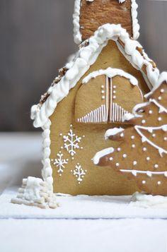 Receta para hacer una casa de jengibre. Hornea tus galletas de pan de jengibre, corta las piezas y decora la casa a tu gusto. Galletas navideñas.
