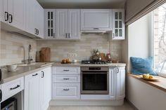 Fehér konyhabútor szürkés munkalappal, fehér-bézs csempe konyha hátfallal Kitchen Cabinet Design, Kitchen Cabinets, Kitchen Designs, Square Kitchen, Photo Tiles, Small Sofa, Home Look, Kitchen Organization, Dining Area