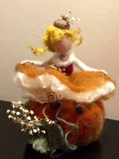 Die kleine Fee sitzend auf einem Kürbis. Die ganze Komposition erfolgt in herbstlichen Farben: gelb, Orange, grün, rot und es ist sehr reich an kleinen Details. Kleiner Hut und Kürbis mit weißen trockenen natürlichen Farben verziert. Das Kleid besteht aus Wolle und weißer Seide.
