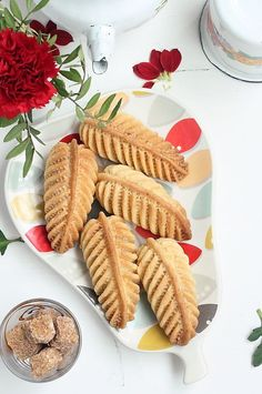 When you make home cookies, take a simple comb and try this idea: No one will believe you have not bought such beauty in the pastry shop! Arabic Sweets, Arabic Food, Baking Recipes, Cookie Recipes, Dessert Recipes, New Years Cookies, Middle Eastern Desserts, Desserts With Biscuits, Vintage Baking