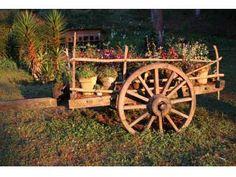 Carreta de Madera Decorativa. Western Landscape, Flower Cart, Wheelbarrow, Garden Ideas, Backyard, Gardening, Decor, Gardens, Farmhouse