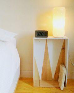 Récupérer une caisse de vin et transformez-là en une table de nuit: originalité et petit prix assurés !