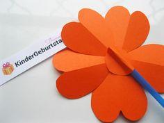 Blumen aus Papier basteln: Anleitung für die Kindern School, Kids Pages, Craft Tutorials, Day Care, Crafts