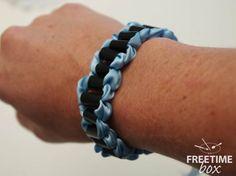 Tuto DIY : réaliser un bracelet avec du ruban et des pailles.