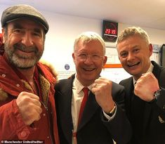 Manchester United had two very special guests join their celebrations after their dramatic win over Paris Saint-Germain as Sir Alex Ferguson and Eric Cantona came into the dressing room. Eric Cantona, Manchester United Fans, Roi Mohamed 6, Man Utd Fc, Michael Owen, Marcus Rashford, Sir Alex Ferguson, Man United, Champions League