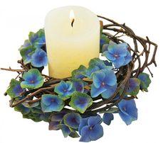 Manchmal ist weniger mehr: Mit etwas Birkenzweigen und blauen Hortensien wird die schlichte Kerze perfekt in Szene gesetzt