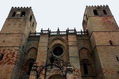Por fin es viernes y para celebrarlo publicamos la Catedral de Sigüenza. #historia #turismo http://www.rutasconhistoria.es/loc/catedral-de-siguenza