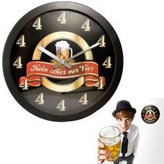 Die Kein Bier vor Vier - Wanduhr ist eine lustige Geschenkidee, besonders für Männer. Statt verschiedener Zahlen von eins bis zwölf zieren lauter Vieren die Uhr.