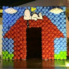 Snoopy balloons Peanuts Gang Birthday Party, Snoopy Birthday, Snoopy Party, 2nd Birthday Parties, Kids Party Themes, Birthday Party Decorations, Bolo Snoopy, Charlie Brown Christmas, Balloon Wall