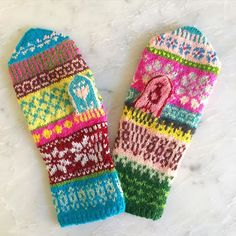 To avoid sticking two like . Knitting Charts, Easy Knitting, Knit Mittens, Mitten Gloves, Wrist Warmers, Hand Warmers, Knitting Designs, Knitting Projects, Fair Isle Knitting