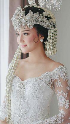 Inspired from - Saat menunggu kedatangan calon suami Kebaya Wedding, Hijab Wedding Dresses, Dream Wedding Dresses, Wedding Photography Poses, Wedding Poses, Wedding Photoshoot, Javanese Wedding, Indonesian Wedding, Traditional Wedding