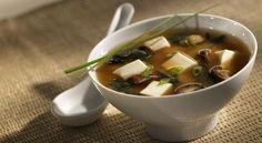 Zuppa di miso con tofu, alghe e shiitake