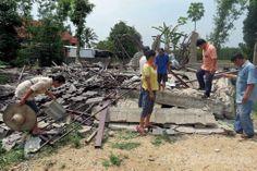 マグニチュード(M)6.0の強い地震が発生したタイ北部チェンライ(Chiang Rai)県で、倒壊した建物を調べる住民たち(2014年5月6日撮影)。(c)AFP ▼7May2014AFP|タイ北部での地震、1人が死亡 負傷者23人 http://www.afpbb.com/articles/-/3014276 #earthquake #Chiang_Rai