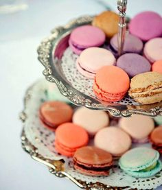 These are macarons. not to be confused with macaroons. My marketing teacher foretold the popularity of these in the US. Desserts Français, French Macaroons, Pastel Macaroons, Macaroons Wedding, Cupcakes, Let Them Eat Cake, High Tea, Afternoon Tea, Cookies Et Biscuits