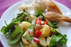 Dejlig, nem og sund aftensmad med en kartoffelsalat med radiser og rucola fra haven, nye kartofler og en sennepsdressing. Hertil en rest grillet kylling i dampet frisk blomkål.