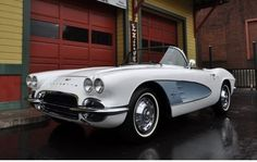 Chevrolet Corvette C1 Bouwjaar: 1961. Exterieur kleur: wit met zilver Interieur kleur: zwart. kilometerstand: 78.000 Miles Transmissie: 4-gang handmatig. Chassisnummer: 10867S110287 conform meegeleverde US title. Deze Corvette is paar jaar geleden body-off gerestaureerd en heeft een nieuwe softtop gekregen.. De motor is 2 jaar geleden volledig gereviseerd en levert ca. 350PK. Inclusief whitewall wheels en de originele Wonderbar radio. De auto rijdt, remt en schakelt goed. Dit voer...