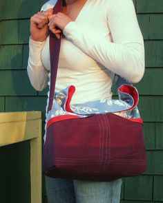 Osoberry bag - free tutorial.  Which I might have to make for one of my sisters for the holidays.  Especially since you can use thrifted clothing to make it.