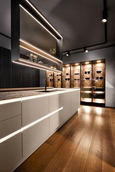Nieuwe witte designkeuken met groot kookeiland, led-verlichting in de greep en open kasten. SieMatic Pure #siematic #keukeninspiratie #designkeuken #ledverlichting #keuken #kookeiland