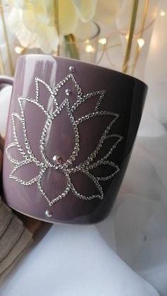 Mug Crafts, Diy Crafts To Do, Handmade Crafts, Cross Stitch Patterns Free Easy, Diy Mug Designs, Rhinestone Crafts, Lotus Flower Design, Diy Mugs, Painted Wine Glasses