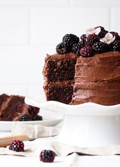 Blackberry Chocolate Cake with Blackberry Buttercream - Fork Knife Swoon - - Simple and decadent blackberry chocolate cake recipe with blackberry buttercream frosting, topped with berries. Easy layer cake or cupcakes. Köstliche Desserts, Sweets Recipes, Chocolate Desserts, Delicious Desserts, Cake Recipes, Dark Chocolate Cakes, Plated Desserts, Vegemite Recipes, Passionfruit Recipes