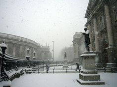 Snowy Trinity College (Dublin, Ireland). I never saw campus under white stuff during all the time I went there, but this was what greeted me the first Xmas I came back from Stanford. It suddenly felt majestic again in a completely new way.