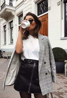 Cute Fall outfit inspiration: blazer and leather skirt edition Street Style Outfits, Mode Outfits, Fashion Outfits, Fashion Trends, Fashion 2017, Womens Fashion, Blazer Fashion, Fashion Clothes, Fashion Tips