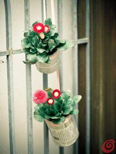 Riciclare e decorare: dei barattoli da conserva e delle margherite per abbellire l'ingresso. Decorazioni primaverili per la porta o la fines... Anna, Plants, Plant, Planets