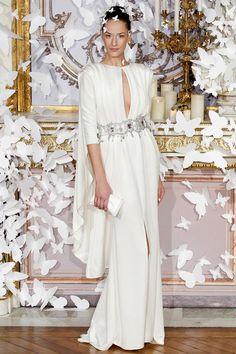 Alexis Mabille propone la capa integrada en el vestido o desmontable, como opción chic al típico velo.