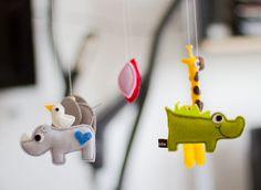 Dieses wunderbare Mobile ist ein tolles Geschenk zur Taufe oder zur Geburt eines Babys.     Es besteht aus 4 Tieren (Nashorn mit Vögelchen, Elefant...