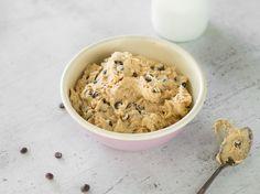 Cookie Dough Hummus Zutaten für 260 g《 1 Dose Kichererbsen《 60 g Erdnussbutter《 6 Esslöffel Ahornsirup《 1 1/2 Teelöffel Vanille-Extrakt《 1 Prise(n) Salz《 50 g Schokoladentröpfchen