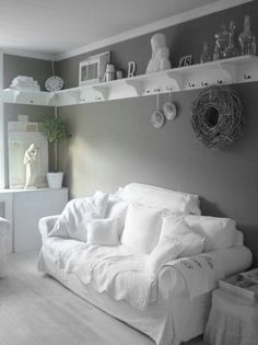 Cozy shabby chic style with shelves that wrap around the top of the wall! #shabbychicdecorlivingroom