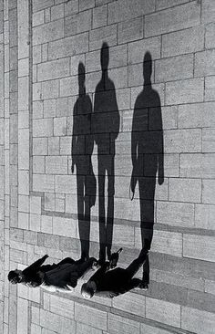 24 Light and Shadow Photography for Inspiration - vintagetopia Black White Photos, Black And White Photography, Creative Photography, Art Photography, Photography Lighting, Light And Shadow Photography, Street Photography People, Advanced Photography, Perspective Photography